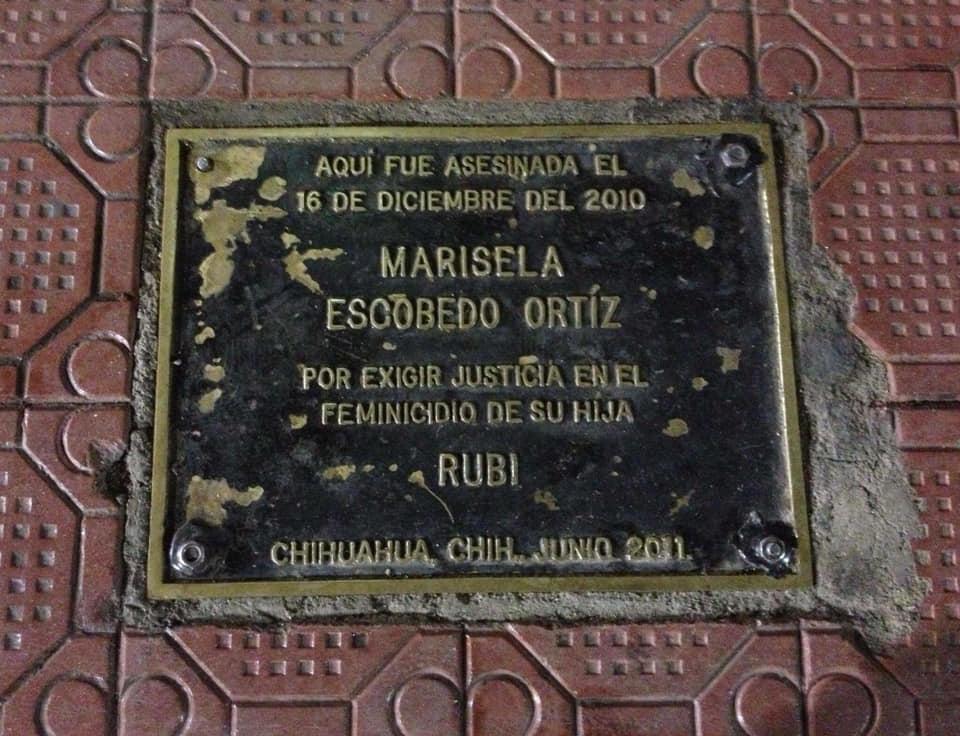 Placa en conmemoración de la lucha de Maricela Escobedo