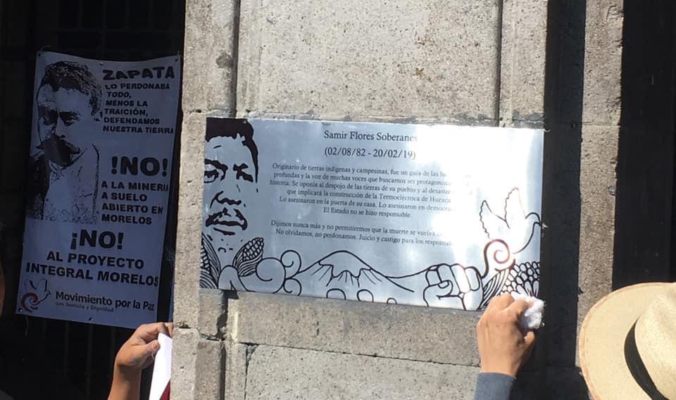 Placas por el asesinato de Samir Flores